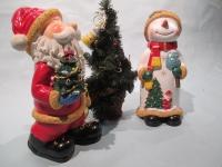 サンタ・雪だるま・ツリーのオブジェです。サンタ・雪だるまについては陶製になっています。